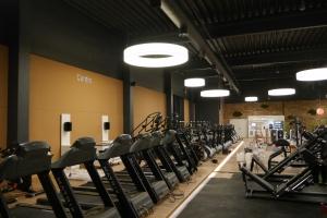 Innenausbau-Fitnessstudio-vernetztes-Cardio-Podest
